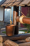 Puits en bois. Seau sur une corde photographie stock libre de droits