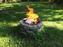 Puits en pierre du feu utilisé pour les déchets brûlants de ménage photo libre de droits