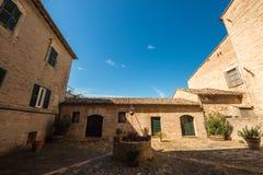 Puits et maison médiévaux en Italie photos stock