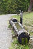 Puits fait à partir d'un tronc d'arbre images libres de droits