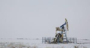 Puits fonctionnant de pétrole et de gaz photographie stock libre de droits