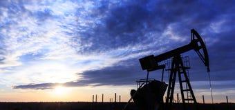 Puits fonctionnant de pétrole et de gaz Image libre de droits