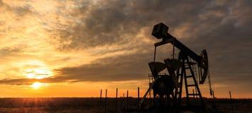 Puits fonctionnant de pétrole et de gaz photographie stock