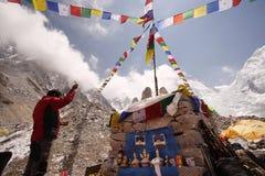 Puja Ceremony i den Everest basläger Royaltyfri Foto