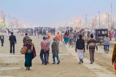 Puja de adoração/de oferecimento brilhante das luzes e dos povos no Kumbh Mela Festival, Allahabad, Índia 2013 Foto de Stock
