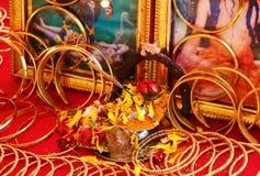 Puja en el contador del minorista de la joyería La India Imagen de archivo libre de regalías