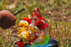 Puja Ganesha πριν από το νερό Pune, Ινδία εσωτερικών βύθισής του στοκ εικόνες