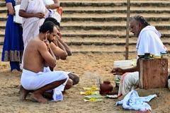 Puja na Índia no lugar santo na praia de Varakala Fotografia de Stock