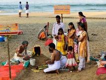 Puja na Índia no lugar santo na praia de Varakala Fotos de Stock
