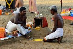 Puja na Índia no lugar santo na praia de Varakala Imagens de Stock Royalty Free