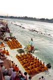 Puja Zeremonie auf dem Ganges-Fluss Stockfotografie