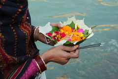 Puja Zeremonie auf den Querneigungen von Ganga Fluss. Lizenzfreie Stockfotos
