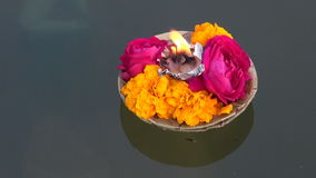 Pujabloemen en kaars van de Hindoeïsme godsdienstige ceremonie op Ganges, India