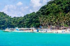 Puka海滩有卖力游览从水的小船视图在博拉凯 免版税库存图片