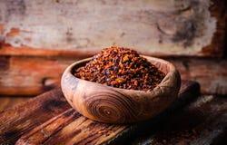 Pul biber - συντριμμένο κόκκινο πιπέρι τσίλι στο εκλεκτής ποιότητας κύπελλο στο ξύλινο υπόβαθρο Εκλεκτική εστίαση εικόνα που τονί Στοκ Φωτογραφία