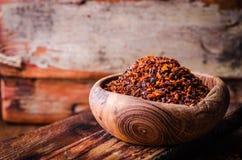 Pul biber - zdruzgotany czerwonego chili pieprz w rocznika pucharze na drewnianym tle Selekcyjna ostrość obraz tonujący Turecka k zdjęcia stock