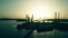 PULA, ΚΡΟΑΤΙΑ - 5 ΑΥΓΟΎΣΤΟΥ 2017 Εναέρια άποψη της σκιαγραφίας ναυπηγείων στο ηλιοβασίλεμα Στοκ εικόνες με δικαίωμα ελεύθερης χρήσης