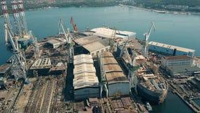 PULA, ΚΡΟΑΤΙΑ - 4 ΑΥΓΟΎΣΤΟΥ 2017 Εναέρια άποψη του κατασκευής του σκάφους και μιας πλατφόρμας άντλησης πετρελαίου στο ναυπηγείο U Στοκ Εικόνα