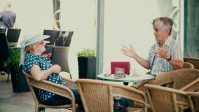 PULA, ΚΡΟΑΤΙΑ - 4 ΑΥΓΟΎΣΤΟΥ 2017 Οι ανώτεροι άνθρωποι μιλούν σε έναν καφέ οδών Στοκ Εικόνες