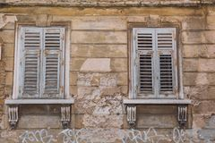 Pula παλαιό κέντρο πόλεων, Κροατία Παράθυρα και οικοδόμηση Φωτογραφία ταξιδιού Στοκ Φωτογραφία