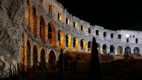 pula Хорватии Взгляд Колизея ночи стоковые изображения rf