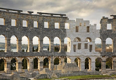 Pula-Arena - römischer Amphitheatre und Kirche von St. Antun kroatien Stockbilder