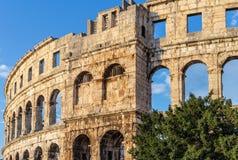 Pula argentina sten croatia roman sky royaltyfria foton