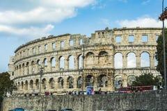 PULA, CROÁCIA, O 24 DE SETEMBRO DE 2017: Os turistas visitam a arena famosa nos Pula, a arena são o único anfiteatro romano resta Imagens de Stock Royalty Free