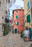Pula, Croatie, 2016, vue de rue, peuples Vieille rue avec amour Images stock