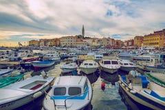 Pula Crotia, 2016, gatasikt Gamla stad och fartyg Det ` s en trav Arkivbild