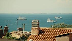 PULA, KROATIË - AUGUSTUS 5, 2017 Verre containerschepen in de overzeese haven stock videobeelden