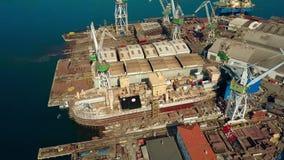 PULA, KROATIEN - 4. AUGUST 2017 Vogelperspektive eines JDN-Schiffs, das an der Uljanik-Werft errichtet wird Stockfoto