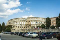 PULA KROATIEN, SEPTEMBER 24, 2017: Turister besöker den berömda arenan i Pula, arenan är den enda resterande romerska amfiteatern royaltyfria bilder