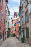 Pulas, Croacia, 2016, opinión de la calle, gente Calle vieja con amor Foto de archivo libre de regalías