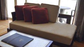 PULAU凌家卫岛,马来西亚- 2015年4月4日:豪华现代旅馆套房、室有沙发的和恰好装饰的咖啡桌 库存图片