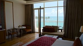 PULAU凌家卫岛,马来西亚- 2015年4月4日:轻松的床在DANNA的一个豪华旅馆随员,殖民地室设计 免版税库存图片