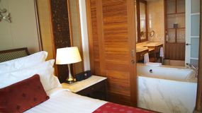 PULAU凌家卫岛,马来西亚- 2015年4月4日:轻松的床在DANNA的一个豪华旅馆随员,殖民地室设计 免版税图库摄影