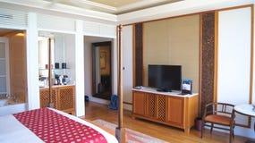 PULAU凌家卫岛,马来西亚- 2015年4月4日:轻松的床在DANNA的一个豪华旅馆随员,殖民地室设计 免版税库存照片