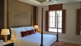 PULAU凌家卫岛,马来西亚- 2015年4月4日:轻松的床在DANNA的一个豪华旅馆随员,殖民地室设计 图库摄影