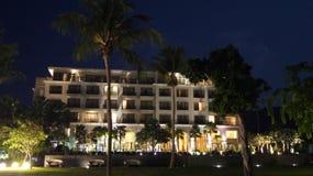 PULAU凌家卫岛,马来西亚- 2015年4月4日:DANNA豪华旅馆在凌家卫岛海岛上的晚上有水池的看法和 免版税库存照片