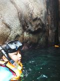 Pulau槟榔河的洞的潜航的游人在Redang海岛上的  图库摄影