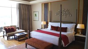 PULAU LANGKAWI, ΜΑΛΑΙΣΊΑ - 4 Απριλίου 2015: Κρεβάτι Comfy σε μια ακολουθία ξενοδοχείων πολυτελείας στο DANNA, αποικιακό σχέδιο δω στοκ εικόνα