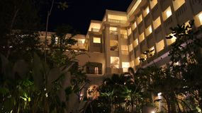 PULAU LANGKAWI, MALAISIE - 4 avril 2015 : L'hôtel de luxe de DANNA la nuit sur l'île de Langkawi avec la vue du palmier Photographie stock libre de droits
