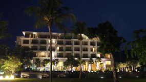PULAU LANGKAWI, MALAISIE - 4 avril 2015 : L'hôtel de luxe de DANNA la nuit sur l'île de Langkawi avec la vue de la piscine et Photo libre de droits