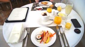 PULAU LANGKAWI, MALAISIE - 4 avril 2015 : Le petit déjeuner délicieux a servi à deux personnes à un restaurant d'hôtel de luxe Photos stock