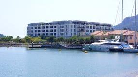 PULAU LANGKAWI, MALAISIE - 4 avril 2015 : Vue de l'hôtel de luxe de DANNA sur l'île de Langkawi avec le port et un bateau Images stock