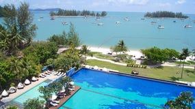 PULAU LANGKAWI, MALASIA - 4 de abril de 2015: Piscina del hotel de lujo de DANNA en la isla de Langkawi con hermoso Imagen de archivo libre de regalías