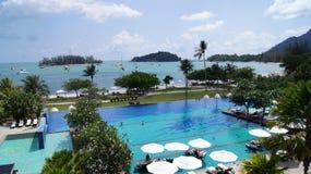 PULAU LANGKAWI, MALASIA - 4 de abril de 2015: Piscina del hotel de lujo de DANNA en la isla de Langkawi con hermoso Fotos de archivo libres de regalías