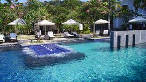 PULAU LANGKAWI, MALASIA - 4 de abril de 2015: Piscina del hotel de lujo de DANNA en la isla de Langkawi con hermoso Fotos de archivo