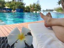 PULAU LANGKAWI, MALAYSIA - 4. April 2015: Frauen ` s Füße am Swimmingpool DES DANNA-Luxushotels auf Langkawi-Insel mit Stockfotos